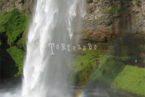 La cascata di Seljalandfoss in Islanda