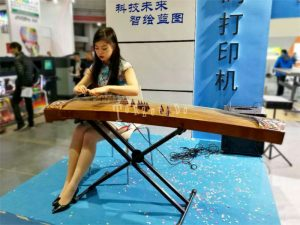 Guzheng, suonatrice ad una fiera in Cina