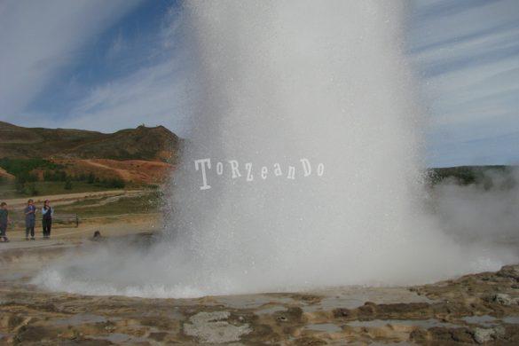 Geyser di Strokkur in Islanda
