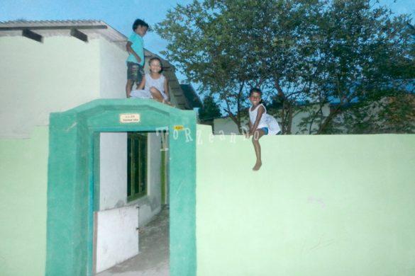 Bambini che giocano ad Haldummulla Maldive
