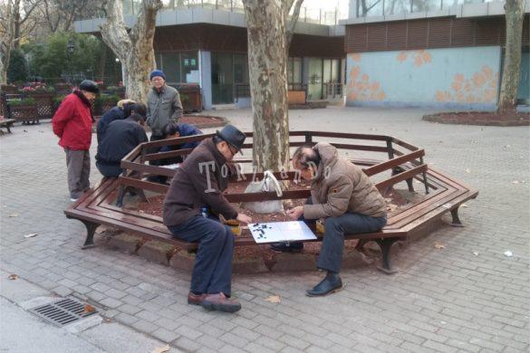 Anziani giocano ai giardini pubblici in Cina