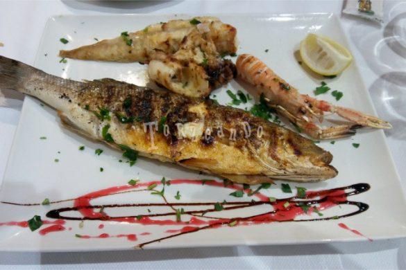 Piatto di pesce e crostacei ai ferri in un ristorante di Caorle