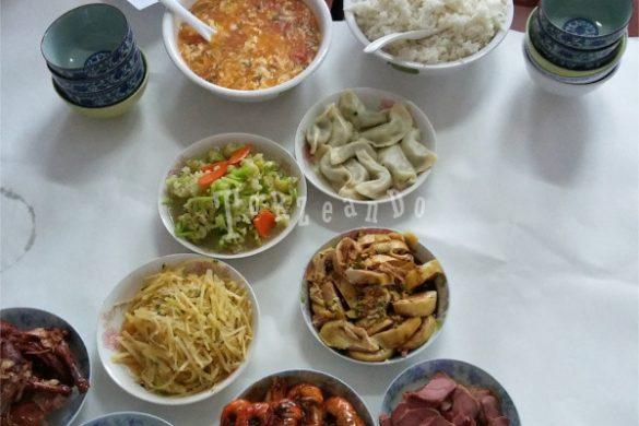 Una ricca tavolata di piatti prelibati in Cina