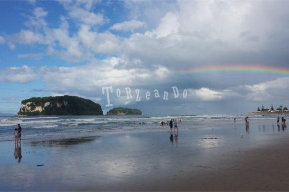 Arcobaleno sulla spiaggia di Whangamata in Nuova Zelanda