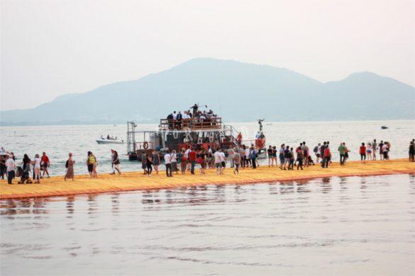 Christo si mostra ai visitatori di The Floating Piers