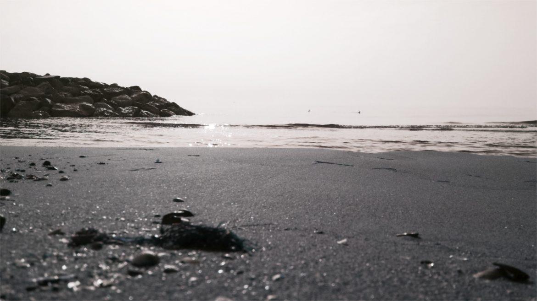 Onde che si infrangono sulla spiaggia di Bibione