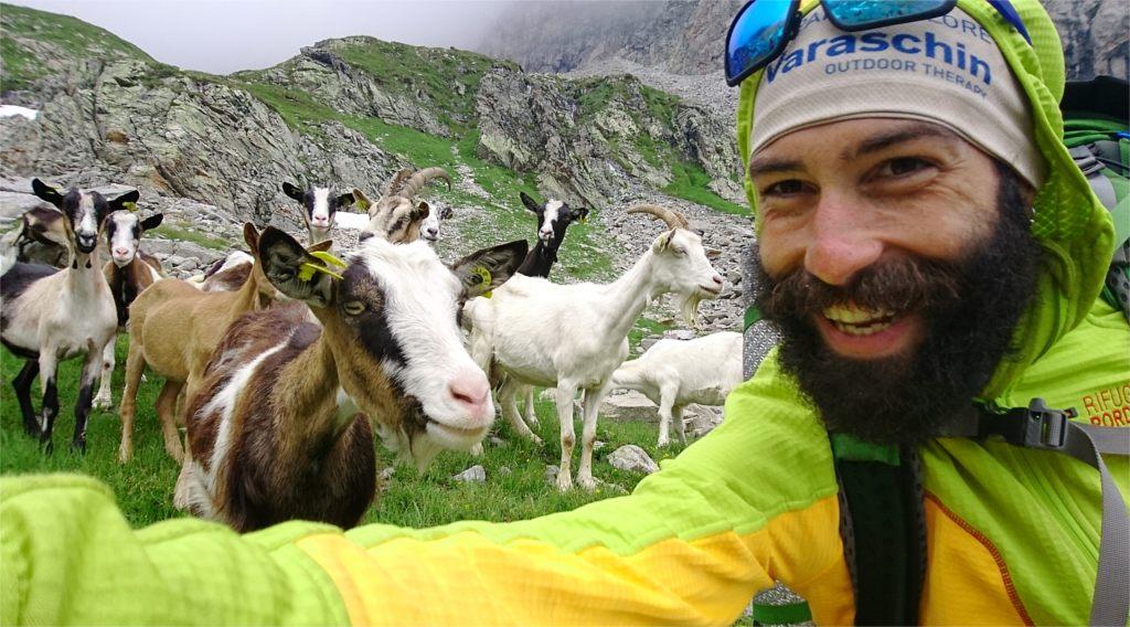 Lorenzo Franco Santin in compagnia delle caprette