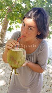 Bevendo il succo di cocco alle Fiji