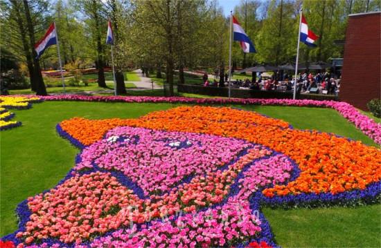 Il volto di Vincent Van Gogh creato con i fiori a Keukenhof in Olanda