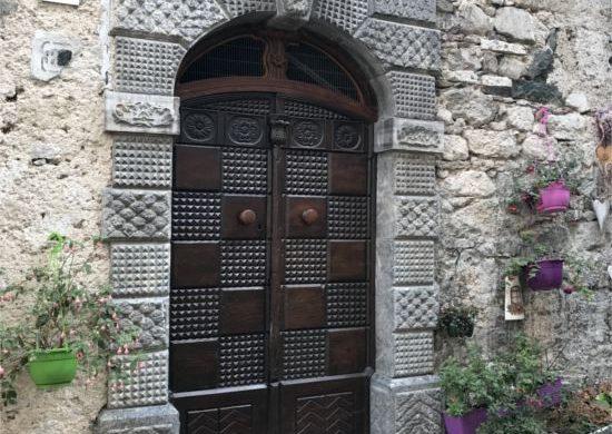 Ingresso di una casa in pietra a Illegio