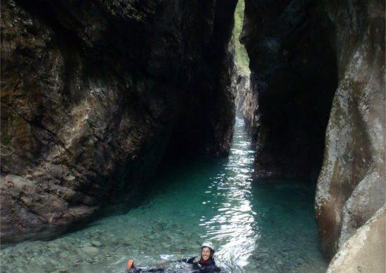Bagno nel torrente facendo canyoning