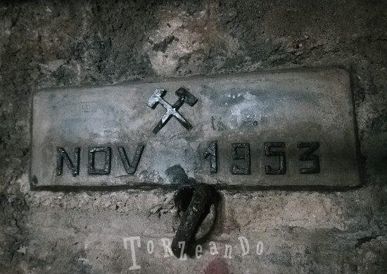 Targa all'interno della miniera di Cave del Predil