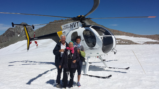La famiglia de Colle in elicottero sul nevaio Isola del Sud in Nuova Zelanda