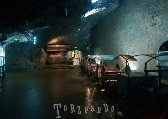 trenino che accompagna i turisti all'interno della miniera di Cave del Predil