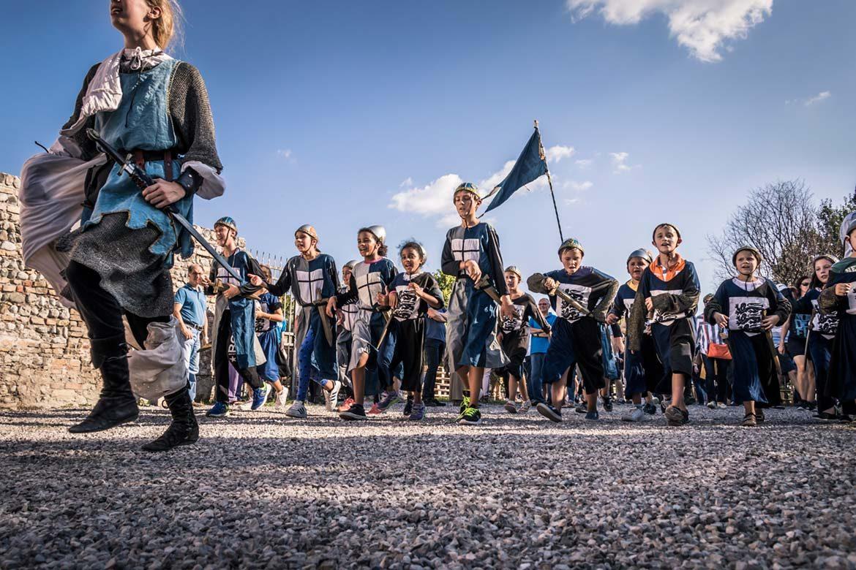 medioevo a valvasone sfilata dei bambini in costume
