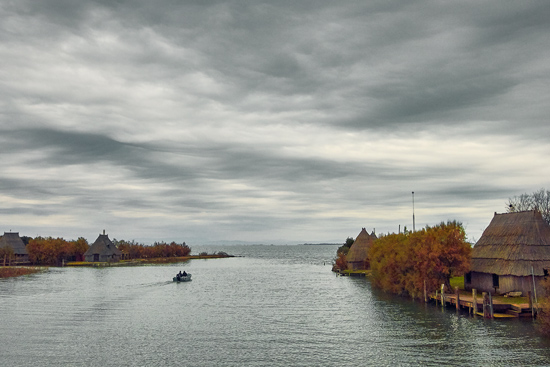 casoni e barca di pescatori nella laguna di Marano