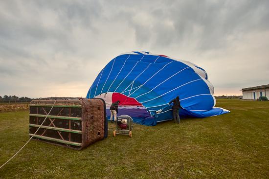 preparativi per volo in mongolfiera